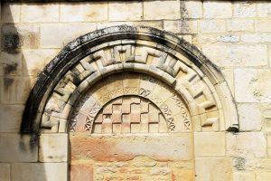 Porte romane, vestige de l'église Saint-Pierre sur le mur du cimetière du Domaine de la Baronnie