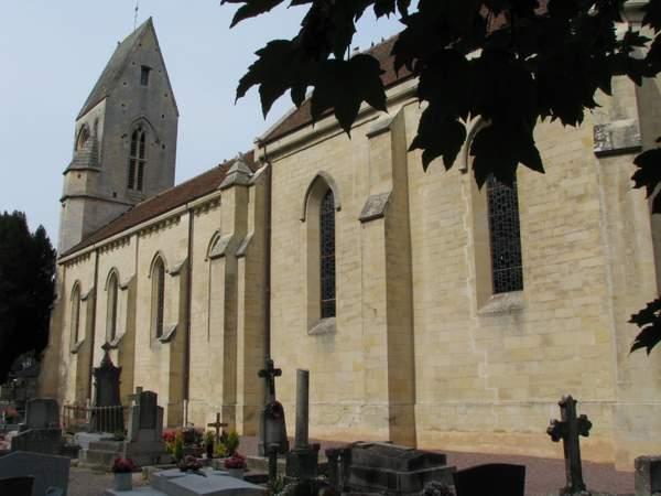 Église Saint-Vigor de Louvigny, entourée du cimetière